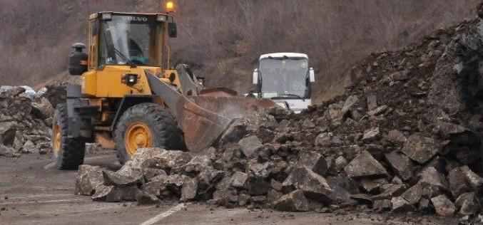 Brdo se obrušilo na auto, troje povređenih kod Priboja