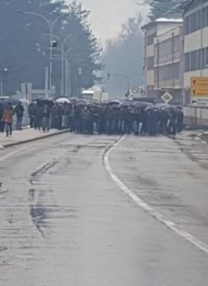 Nezadovoljni malinari blokirali magistralni put