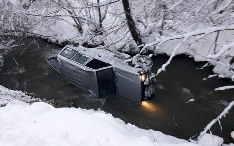 TRAGEDIJA KOD BRODAREVA Džipom sleteo sa puta u reku, poginula devojčica (12)