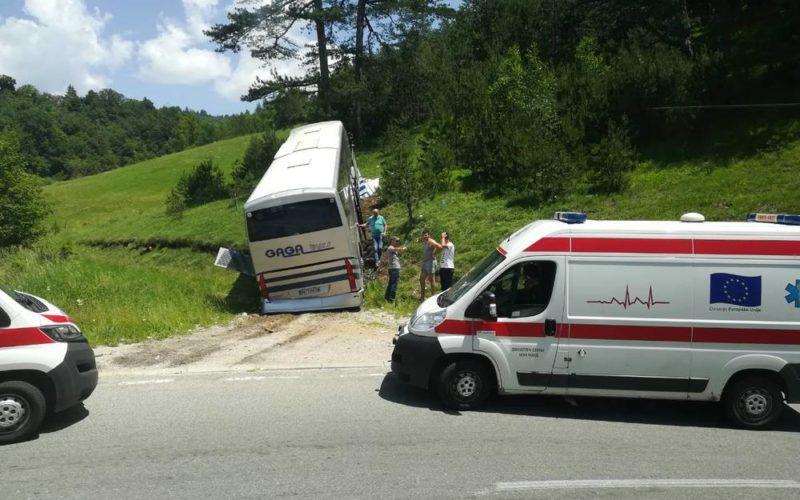 Autobus sleteo u reku kod Kokinog Broda, ima povređenih